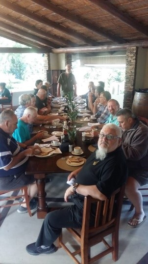 Rt.W.Br. Nic Benson (foreground), with the Brethren from Gauteng, Natal and Southern Cape, at breakfast in Zinkwazi